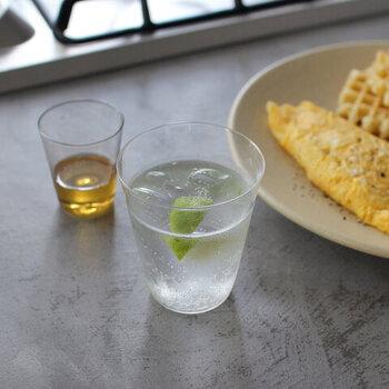 チェコの職人さんが丁寧に作るボヘミアンガラスの「マウスブローグラス」。職人さんによる吹きガラスで作られる、薄すぎず程よい厚みがあるグラスは、口あたりが良く普段使いに最適。
