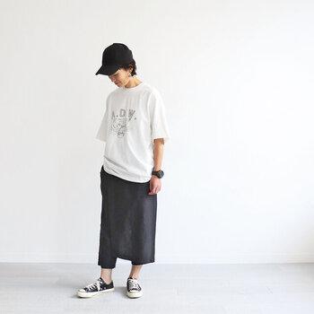 カジュアル見えしやすいTシャツも、カラーを白黒だけに絞れば大人っぽい印象に。キャップやスニーカーなどカジュアルアイテムを合わせても、ラフな印象になり過ぎないTシャツコーデが楽しめます。