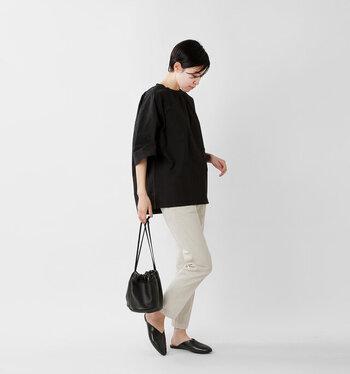 黒のワイドシルエットTシャツに、白系パンツを合わせたコーディネートです。ショルダーバッグとシューズを黒で揃えて、大人っぽさ抜群のモノトーンコーデに。