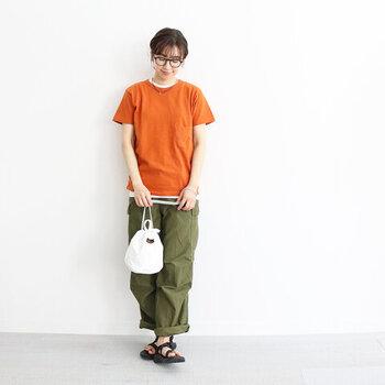 Tシャツの下から、インナーをチラ見せするだけで今っぽさ抜群のコーディネートに。オレンジのTシャツにカーキのパンツでメンズライクな印象にまとめて、ボーダーなどのインナーをレイヤードするとおしゃれ度がアップします♪