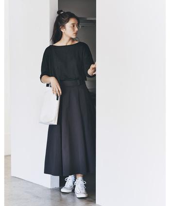 黒のTシャツとスカートを合わせた、セットアップ風のコーディネート。バッグとスニーカーを白で揃えて、黒コーデに程よいアクセントカラーをプラスしています。黒一色のスタイリングも、白小物を合わせれば重たくなりすぎません。