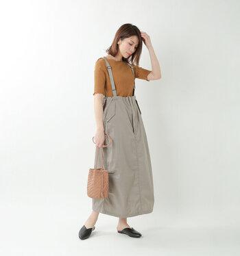 ブラウンのTシャツを、サロペット付きのスカートに合わせたコーディネートです。シンプルにスカートに合わせるだけよりも、おしゃれ上級者感がアップする着こなしですね。バッグとTシャツの色を合わせて、全体に落ち着いたカラーリングでまとめています。