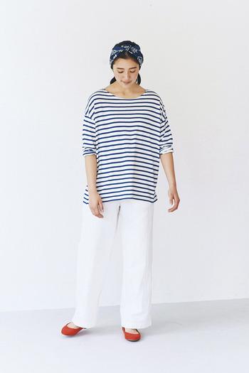 ボーダーTシャツに白のワイドパンツを合わせて、ゆったり過ごせるリラックススタイルに。足元をあえて赤のパンプスにするだけで、ラフコーデもお出かけモードに変身します。ネイビーのヘアアクセサリーも統一感があり、大人の休日スタイルにぴったりの着こなしですね。