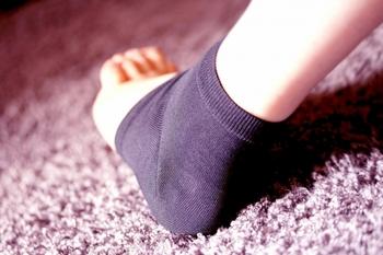 かかとケア専用靴下は、その名のとおり、かかとケアに特化して作られている靴下。  履くだけでザラザラになったかかとを保護し、ほどよく保湿して乾燥から守ってくれるもの。ガサガサかかとの大きな原因は乾燥なので、かかとケア専用靴下を履くことですこしずつ、ガサガサが改善していきます。かかとケア専用靴下はドラッグストアや通販などで手に入れることができます。