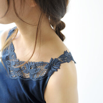 コットン糸を使用し、ふんわり柔らかな生地感に仕上げたキャミソール。胸元から肩に掛けて、ラグジュアリーな印象のフラワーレースをたっぷりと使用。デコルテを女性らしく演出し、下着のチラ見えもおしゃれに防いでくれます。
