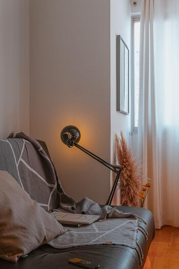 快眠のためには間接照明がベストと言われます。照明のスタイルも意識して選んで、置く場所なども工夫してみてくださいね。寝室では、天井や床などに間接照明を仕込む方法もあります。柔らかい明かりが天井から降り注ぐ、または足元から壁を登るように広がる明かりで、自然と落ち着ける空間になるでしょう。設備を整えるのはちょっと大変なので、まずは手軽な方法から試してみてください♪