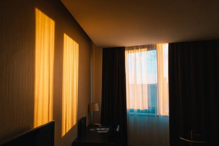 なお快眠には照明の色合いも影響してきます。温かみのある夕焼けの色味がベストと言われますが、夕日のようなオレンジ色も好みによって好きな色合いは微妙に異なってくるはずです。ぜひぐっすり眠れるように、自分が一番リラックスできるオレンジ色を探してみてください☆