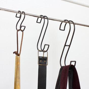ダブルデザインのSフックは、シングルタイプよりも幅広のものを安定して掛けることが可能です。S~Lの3サイズから選べるので、場所や用途に合わせて好みの大きさをチョイスできるのもうれしいポイント。もともとポールがあるところにはもちろん、突っ張り棒などを設置すれば好きなところに掛ける収納を増設できます。