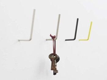 重たいものを壁掛け収納する際には、ネジでしっかりと固定できるタイプがおすすめです。L字型のシンプルなフックは、片方の先がネジになっているので、そのまま壁に埋め込んで使用します。シンプルながらもおしゃれなカラー展開で、スタイリッシュに壁掛け収納が可能です。