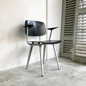 ダッチデザインの代表的なこちらの椅子は、1953年に発表されたRevolt Arm Chairというもの。ダッチデザインとは、別名コンセプチュアルデザインとも言われ、シンプルで機能的にもかかわらず、革新的でユーモラスなデザインが特徴と言われています。こちらはオランダで始めて量産されたメタルフレームの椅子で、座り心地もさることながらミニマムな美しさを持つ椅子です。
