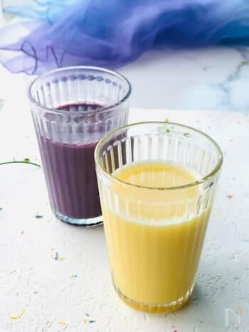 市販の100%フルーツジュースと炭酸水、牛乳の3つで作れるアレンジジュース。写真はオレンジジュースとグレープジュースで作られています。どんなジュースでもシンプルな材料で作れるのが嬉しいですね。シュワシュワした口当たりが夏にぴったり!