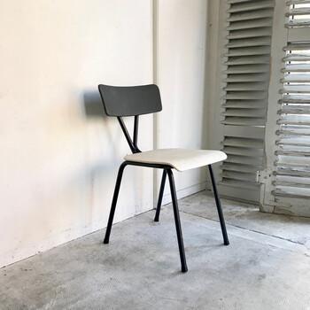 こちらもミニマムでモダンな佇まいの椅子。モノトーンはダッチデザインならではの配色です。細身のパイプフレームがどんなインテリアにもマッチします。