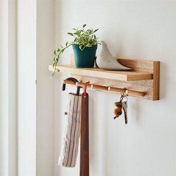 掛けるだけでなく、インテリア小物などを置くこともできる壁付け棚。穴の跡が目立ちにくい専用のピンが付属しているので、壁に大きな穴を開けたくないという方にもおすすめです。リビングや玄関、洗面台まわりなど、「ここに収納が合ったら」を手軽に叶えられる優秀アイテムです。