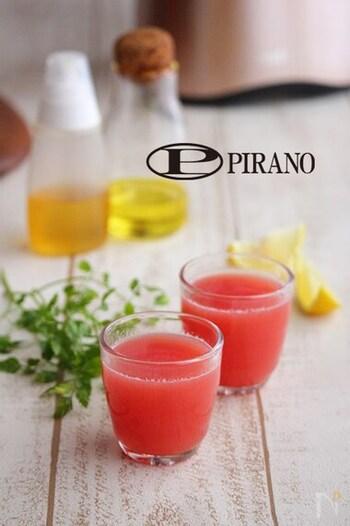 グレープフルーツとトマトで作る、ビタミンたっぷりのジュース。生姜やレモンも入っていて、紫外線や暑さによる疲労感が気になる時におすすめですよ。ソーダ等で割って飲んでもシュワッとおいしそう。はちみつで甘さを整えて完成です。