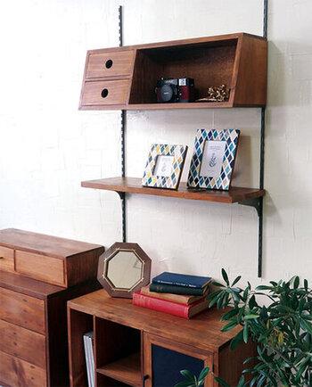 壁にサポートステイとブラケットを設置して、好きな場所にシェルフを取り付けることができるパーツです。シェルフだけでなく一枚板などのパーツもあるので、好みの形の収納を壁掛けで実現することができます。設置幅なども好みで調整できるので、理想の壁掛け収納をDIYしてみてください。