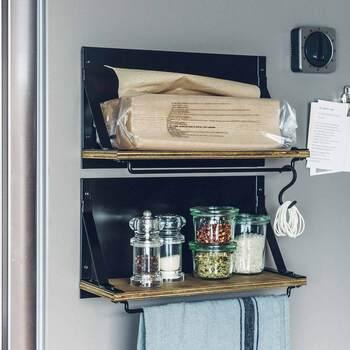 棚とバーが一体化した、スチールと木製のシンプルな収納ラックです。背面はマグネットになっているので、冷蔵庫などにくっつけて使用できます。