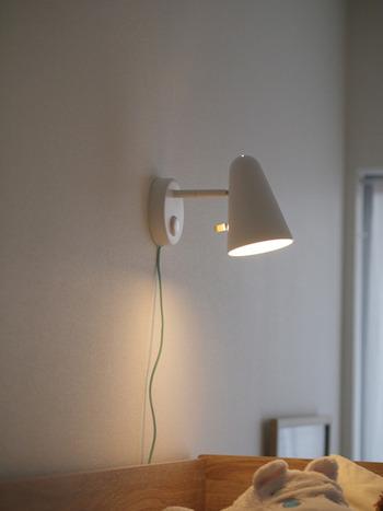 ベッド周りに照明を置くスペースがないときにもおすすめ!IKEA(イケア)の壁に取り付けできるライト「FUBBLA フッブラ」です。見た目もかわいらしくて、寝室にぴったりですね。つまみを回すと明るさも調整できるのだそう。安全性試験に合格した商品なので、子供部屋にも安心です♪