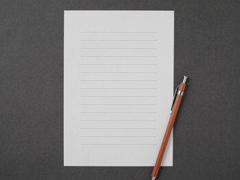 横書きの便箋は、親しい人への手紙などカジュアルな場面でよく使われます。最近は横書きの方が読みやすいという方も多いので、目上の方であっても書式をきちんとしていれば大丈夫です。横書きでは、縦書きと違い、最初に宛名を書きます。友人や家族、身近な人に送る場合、頭語は堅苦しく感じることもありますので省略しても構いません。季節のことや相手への気遣いなど、親しみやすい言葉で表現しましょう。