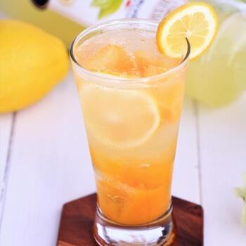 夏にぴったり!南国フルーツのピューレで作ったカクテルです。ベースは、レモンを使った洋酒。柑橘系でスッキリおいしい。彩りもキレイで、晩酌の気分が高まりますね。何も予定のない休日、ちょっと贅沢にお昼から楽しんでみるのもアリ!