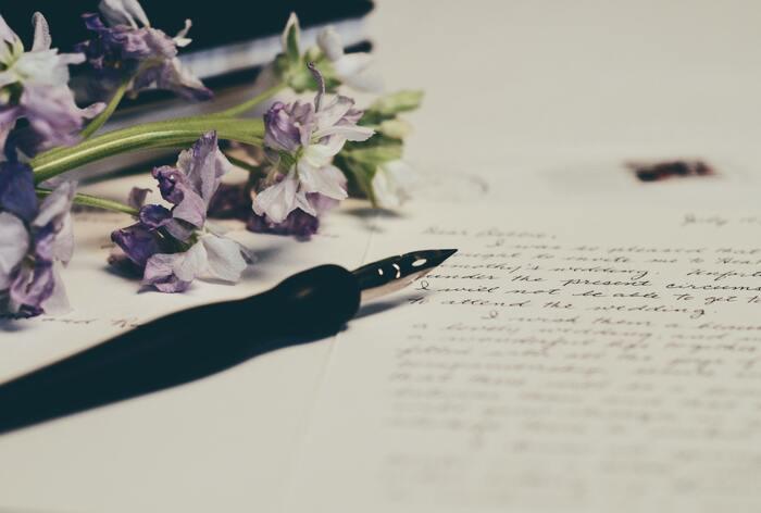 手紙のメインとなる主文は、相手に最も伝えたい内容を書きます。冗長になって大事な用件が分かり辛くなることを避けるためにも、予め下書きをしておくことをおすすめします。内容を切り替える際に、「さて」「ところで」「実は」「このたびは」...など、起語を入れると、話が伝わりやすくなります。また、読みやすくするためには、見た目の「見やすさ」も大切です。改行やスペースなど工夫して入れてみましょう。