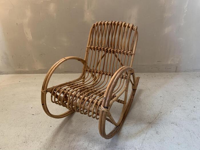 子供用のラタン製のロッキングチェア。座面から背面にかけての曲線がお子さまを優しく包んでくれるような座り心地で、安定感があります。サイドからのシルエットもセンス良く、インテリアとしても楽しめる椅子です。