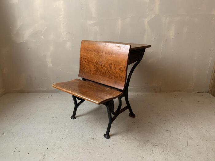 アメリカの学校や公共施設で使われていた机と椅子がセットになった珍しいもの。こちらは同じものを前後に置いて使うものですが、もちろん一台で椅子だけの用途でもOK。ディスプレイとしても使えそうです。
