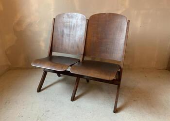 こちらはアメリカの映画館で使用されていた椅子です。シネマベンチなので座面を上に折り畳むことができます。無駄のないすっきりとしたデザインで、インテリアとしても存在感があります。