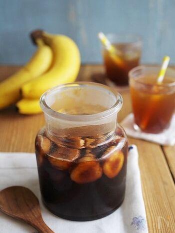 黒糖とバナナのフルーツビネガーもおすすめです。甘さとスッキリ感のバランスが◎これからの暑い季節に嬉しいドリンクです。材料を保存瓶に入れ、1晩漬けて完成。水や炭酸水で割っていただきます。漬けたバナナは、ヨーグルトに入れて食べてもおいしいんだとか♪