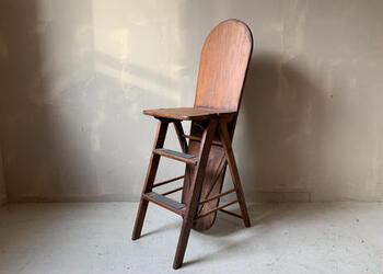 脚立、アイロン台、椅子と3wayで使えるアメリカの古い家具。椅子の状態の背もたれがアイロン台に、座面を半分裏返すことで脚立に早変わりするという珍しいものです。かなり古いもののようですが、様々なシーンで活躍しそうです。