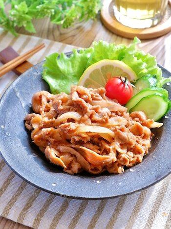 豚の生姜焼きと同じ、豚肉+玉ねぎで作れる、ポークケチャップのレシピ。解凍後焼くだけでOKで、火も通りやすいので、帰宅が遅くなった日もすぐに晩ごはんの用意ができます。お子さんも食べやすい味付けです。