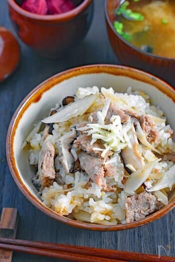 炊き込みご飯作りにも、下味冷凍が便利!下味冷凍したお肉を、お米や野菜と一緒に炊飯器に入れて炊き込むだけで作れちゃいます。具材たっぷりの満腹メニューですね。解凍不要だから、冷凍庫から出してすぐに作れます。