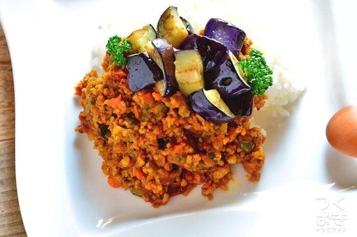 簡単に済ませたい時に便利なカレー。下味冷凍で準備するなら、ドライカレーです!たっぷり野菜は、細かく刻んでおくことがおいしさの秘訣です。解凍後は、一度フライパンで加熱するとムラなく温まっておいしくなります。トッピングは、揚げ焼き野菜や目玉焼きがおすすめ!