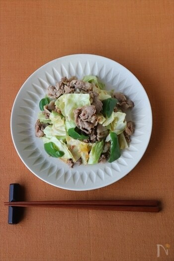 味噌や豆板醤で下味冷凍しておいた豚肉に、ピーマン・キャベツを加えて炒めるだけの簡単レシピ。合わせる野菜は、冷蔵庫にあるものや、旬のものに変更してもいいでしょう。簡単&時短、そして食材の整理にも使える!覚えておいて損はないレシピです。