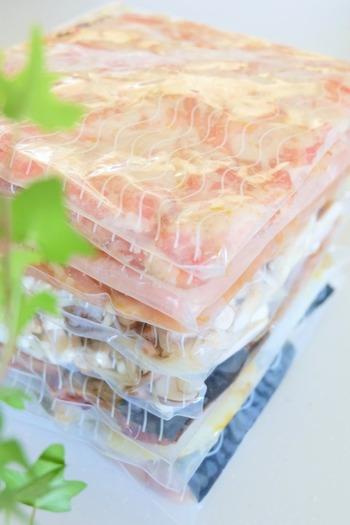 下味冷凍したものの解凍は、自然解凍もしくは電子レンジで解凍しましょう。一番手間がかからないのは、冷蔵庫での自然解凍。朝のうちに冷蔵庫に移しておけば、夜には溶けているので、すぐに調理ができて楽ちんです。