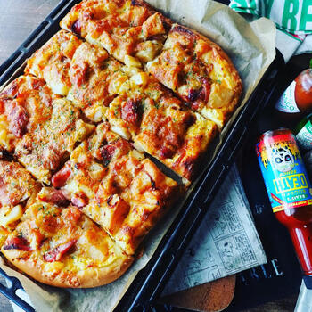見るからに美味しそうなこちらは、新じゃがをたっぷり使ったジャーマンポテトで作ったピザ♪ジャーマンポテトそのものでもすでに美味しそうですが、これを自家製の生地に載せてピザにするというのが素晴らしい発想ですね!