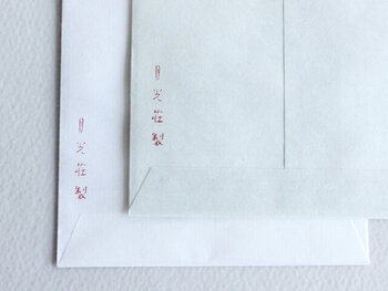 和封筒も洋封筒も、宛名は表に書き、裏に自分の住所・氏名を書きます。和封筒は縦書き、洋封筒は横書きが基本。相手の名前は、住所よりも大きく書くようにしましょう。また、切手は縦長にした時に「左上」になる位置に貼ります。洋封筒の場合は、くるっと90度回転させて見ると分かりますよね。つまり、横長の状態では右上に切手を貼るのが正解です。