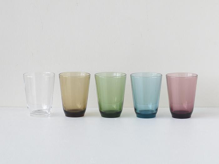 直径8.5 ×高さ11.5 (cm) 容量:350 ml と、使い勝手の良いサイズで、スタッキングが可能なため、収納も省スペースで住みます。どんなドリンクとも相性抜群のクリアーグラスの他、オシャレなスモーキーカラーも魅力的。画像左からクリアー、ブラウン、グリーン、ブルー、パープルとあり、家族で色違いで揃えたり、お客様用にもあると便利かも。