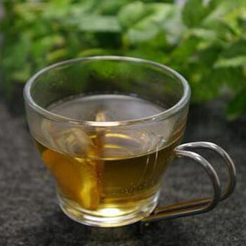 スライス生姜を麦茶に入れて電子レンジで温めるだけでできる簡単アレンジレシピ。麦茶の香ばしさと生姜の香りを楽しみながら、身体を温めてくれる一杯です。