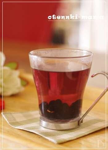 真っ黒な見た目でインパクトのある黒豆茶ですが、実はかなりの健康効果があるんです。「メタボの改善」、「アルコール代謝のサポート」、「血糖値の改善」、「むくみの解消」、「体を温める」など、身体にとってとてもいいお茶なのがわかります。 黒豆茶を淹れるときは、その名の通り黒豆を使います。炒り黒豆を茶碗に入れてお湯を注ぎ、約2分ほど待つと完成します。残った黒豆もそのまま食べれば、さらに健康に◎
