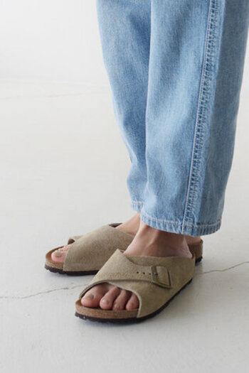 アッパーをほどよくホールドしてくれるので、包み込まれるような履き心地。サンダル特有のヌーディ感は薄めで、シューズほど重くもない絶妙なバランス感が魅力です。