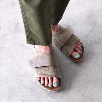 こちらは、日本の古都「京都」から名付けられた「KYOTO(キョウト)」モデル。着物のように足を包みこみ、帯のようにベルトで足をしっかりとホールドすることからネーミングされました。