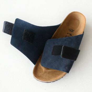 面ファスナーで調節可能なベルクロ仕様だから、足の形状に合わせてフィット感を調節できます。