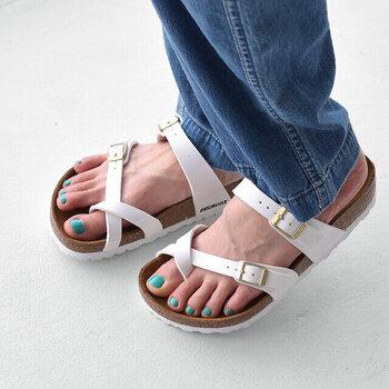 親指のループが特徴的な「Mayari(マヤリ)」。ネイルが映えるヌーディなデザインで、大人女性の足元を軽やかに演出してくれます。