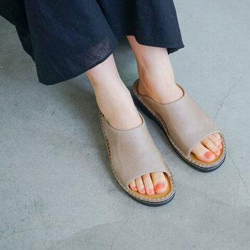 1942年から70年以上続く、イスラエル発の革靴ブランド「NAOT(ナオト)」。こちらは、柔らかく厚みのあるアッパーが、甲周りを心地よくホールドする「CECILIA(シシリア)」。素肌に馴染むカーキベージュは、大人な印象。