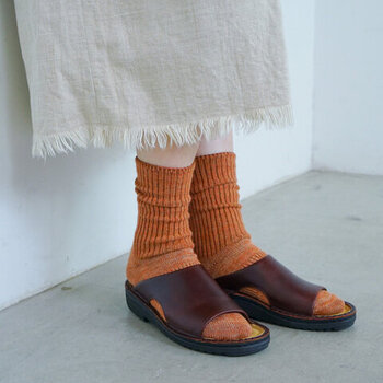 バッファローレザーカラーは、どんなお洋服にもマッチする万能カラーです。素足でさらりと履くのはもちろん、ソックスと合わせてもOK。