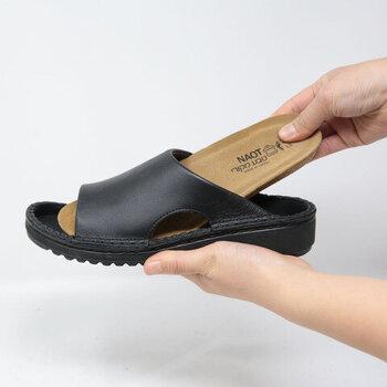 足裏全体に吸い付くようなフィット感のインソールは、一度履くと忘れられない感覚。ヘブライ語で「オアシス」を意味するNAOTの靴は、砂の上を素足で歩くかのようなやさしい履き心地です。