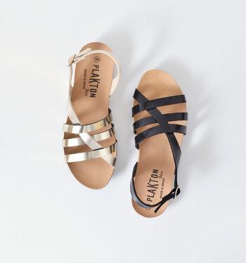 スペイン生まれのコンフォートフットウェアブランド「PLAKTON(プラクトン)」。ストラップが足をしっかりとホールドし、柔らかなインソールが快適な履き心地のサンダルです。