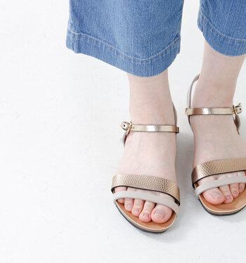 ゴールド&ベージュのバイカラーのダブルベルトがモダンな印象。素足に馴染む色合いで、足元がパッと華やぎます。