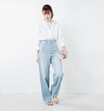 デニムパンツに白シャツというベーシックでシンプルなスタイルも、このサンダルを合わせれば一気におしゃれ度がアップしますね。