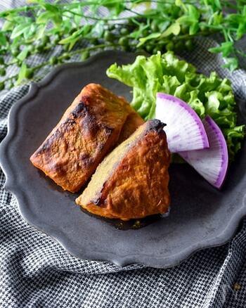 タンドリーチキンの下味冷凍と一緒に作れる、タンドリー鮭(フィッシュティッカ)のレシピ。タンドリーだれにカレー粉を加えて作っています。ごはんのおかずやおつまみ、お弁当にも使える◎覚えておきたいレシピです。